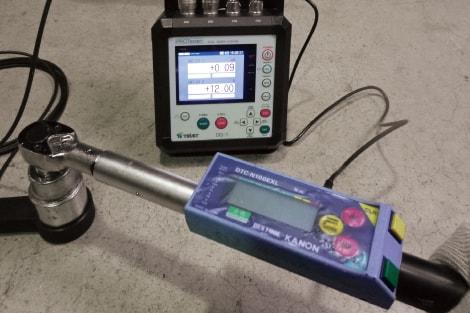 アンカー引張試験4ch同時表示器 DG-1レンチ式試験装置+トルクレンチとの組合せ