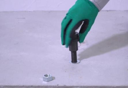 アンカー引張強度試験機 アンカープロチェッカー(APC) 1 アンカーボルトのナット(機器などを留めつけているナット)を外し、代わりにAPC専用のカプラをねじ込みます。
