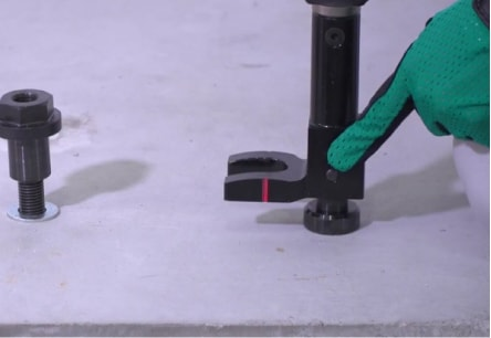アンカー引張強度試験機 アンカープロチェッカー(APC) 2 APC本体の先端冶具がナット専用に交換されていることを確認します。