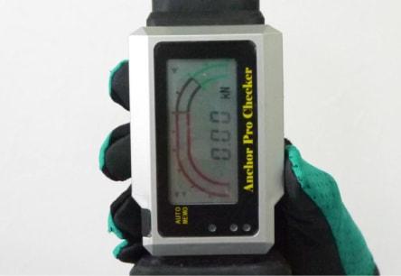 アンカー引張強度試験機 アンカープロチェッカー(APC) 3 APC本体の「ON/OFF」ボタンを長押しして本体を起動させ、取扱説明書に従って、検査荷重などを設定します。
