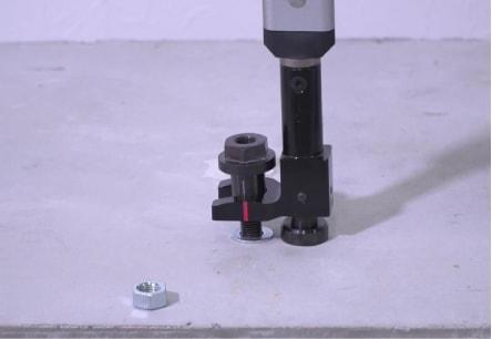 アンカー引張強度試験機 アンカープロチェッカー(APC) 4 先端冶具の溝(赤い線)がアンカーボルトの中心に合うまで、カプラ円筒部に挿し入れます。