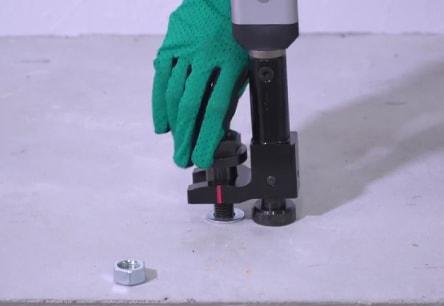 アンカー引張強度試験機 アンカープロチェッカー(APC) 5 支持台が躯体に接した状態で、APC本体が躯体に対しほぼ直角になるように、専用カプラのねじ込みを調整ください。