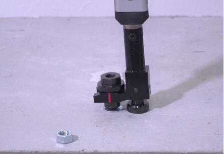 アンカー引張強度試験機 アンカープロチェッカー(APC) 6 グリップ部の切り込み位置が、およそ掌の中心となるように握り、釘抜きの要領で載荷します。