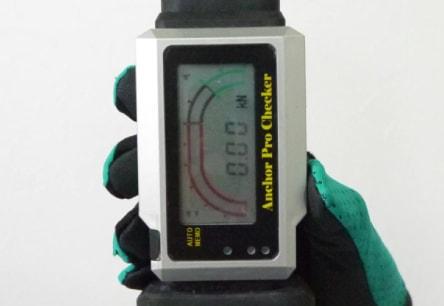 アンカー引張強度試験機 アンカープロチェッカー(APC) 2 APC本体の「ON/OFF」ボタンを長押しして本体を起動させ、取扱説明書に従って、検査荷重などを設定します。