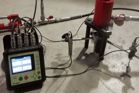 アンカー引張試験4ch同時表示器 DG-1油圧式試験装置+変位変換器との組合せ
