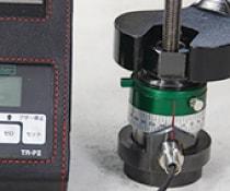 アンカー引張強度試験機 プロテスターTR 1 アンカーにTR変位確認器付をセットし初期締付けを行う。
