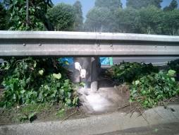 交通安全施設工事 各種コンクリート切断工事 自動車道 防護柵改良工事 カッター状況