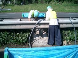 交通安全施設工事 各種コンクリート切断工事 自動車道 防護柵改良工事 ハツリ状況