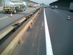 あと施工アンカー工事 交通安全施設工事 各種コンクリート切断工事 自動車道 防護柵改良工事 施工前