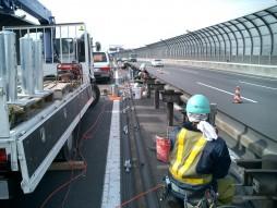 あと施工アンカー工事 交通安全施設工事 各種コンクリート切断工事 自動車道 防護柵改良工事 ダイヤモンドコア穿孔状況