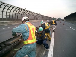 あと施工アンカー工事 交通安全施設工事 各種コンクリート切断工事 自動車道 防護柵改良工事 ビーム復旧