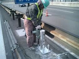 あと施工アンカー工事 交通安全施設工事 各種コンクリート切断工事 自動車道 防護柵改良工事 アンカー攪拌状況