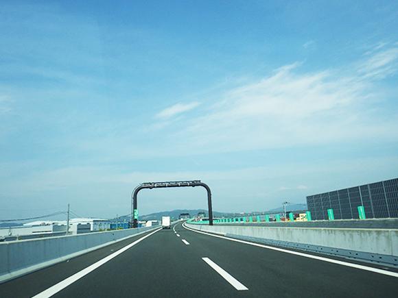 交通安全施設工事  新名神高速道路 城陽ジャンクション標識工事 高速道路の門型柱に案内標識設置の状況写真