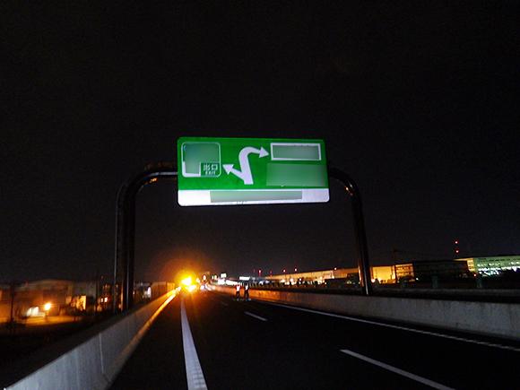 交通安全施設工事  新名神高速道路 城陽ジャンクション標識工事 高速道路の門型柱への案内標識板吊上げ状況および取付け状況写真