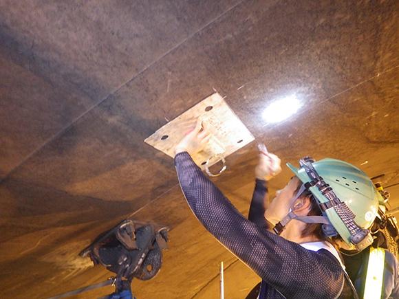 あと施工アンカー工事 交通安全施設工  関西東部地区 機械・電気施設保全工事 あと施工アンカー施工の前段階、ブラケット設置用のあと施工アンカー施工位置の墨出し(マーキング)の状況写真