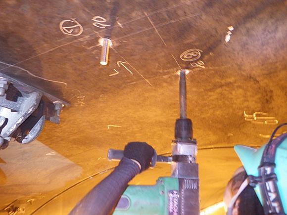 あと施工アンカー工事 交通安全施設工  関西東部地区 機械・電気施設保全工事 二重落下防止(フェイルセーフ)用のあと施工アンカーの削孔および施工状況写真