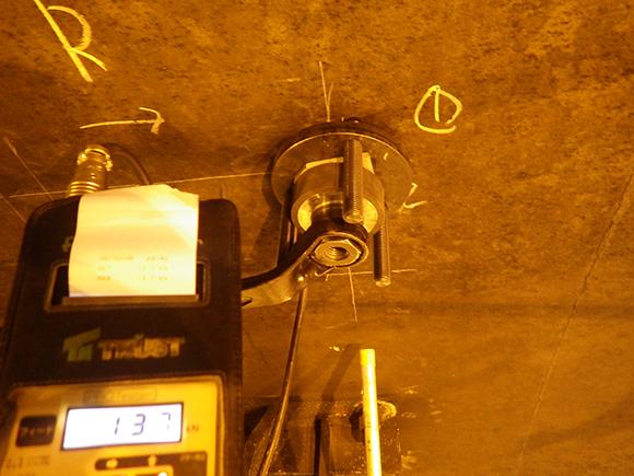 あと施工アンカー工事 交通安全施設工  関西東部地区 機械・電気施設保全工事 あと施工アンカー施工性能の自主確認、プロテスターTR-150によるあと施工アンカーの引張試験状況写真