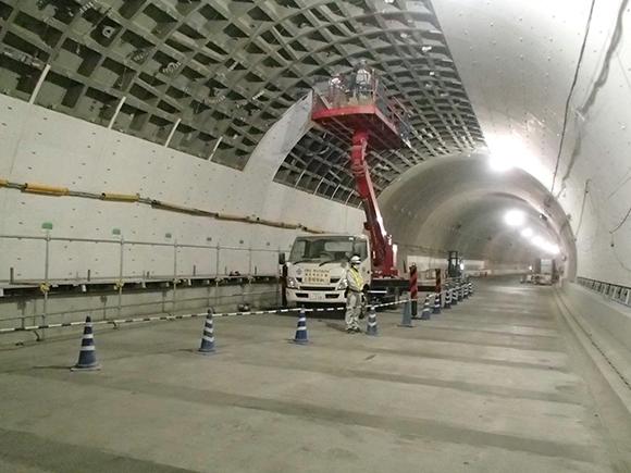 交通安全施設工事 横浜環状北線シールドトンネル工事 シールド内壁面に対する、高所作業車による耐火板の取付け状況写真(その1)