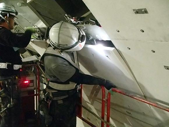 交通安全施設工事 横浜環状北線シールドトンネル工事 シールド内壁面に対する、高所作業車による耐火板の取付け状況写真(その2)