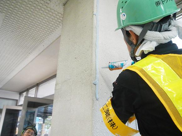 コンクリート補修工事  JR向日町駅柱補修工事(E208) コンクリート製柱のひび割れ部に対する樹脂材によるシーリングの状況写真