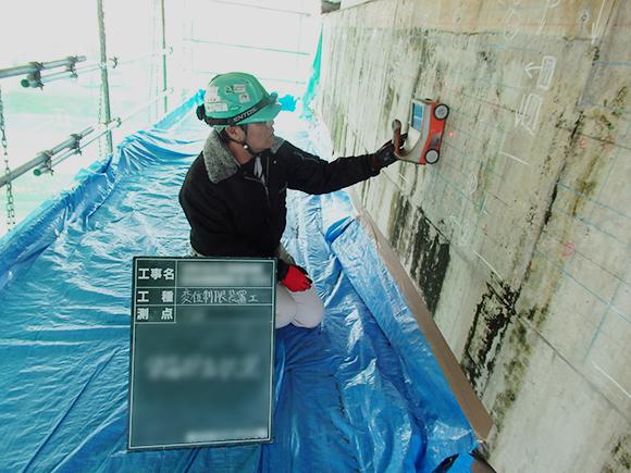 あと施工アンカー工事 耐震補強工事(土木インフラ)> 大阪高槻京都線 高架橋耐震補強工事 施工前段階、耐震補強を行う橋梁橋脚部内部の鉄筋状況の把握、鉄筋探査状況写真