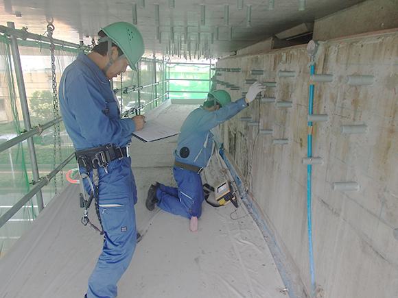 あと施工アンカー工事 耐震補強工事(土木インフラ)> 大阪高槻京都線 高架橋耐震補強工事 あと施工アンカーの埋込み長の測定、超音波探傷器によるあと施工アンカー長さ計測写真