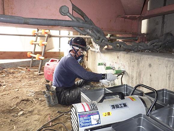 耐震補強工事(土木インフラ) 主要地方道美原太子線板屋橋外耐震補強工事 充填方式接着系あと施工アンカーの施工状況写真、確実な樹脂注入確認を行っている状況写真