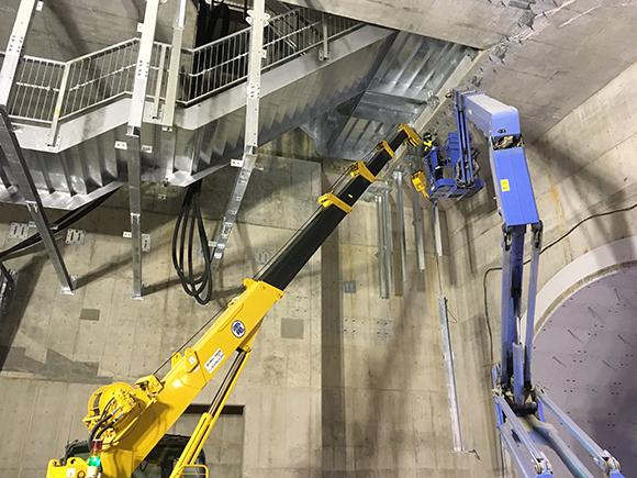 交通安全施設工事 都市計画道路 大和川線 避難路等設置工事 耐火板設置の前段階、耐火板を設置するための鋼製枠組みの設置状況写真