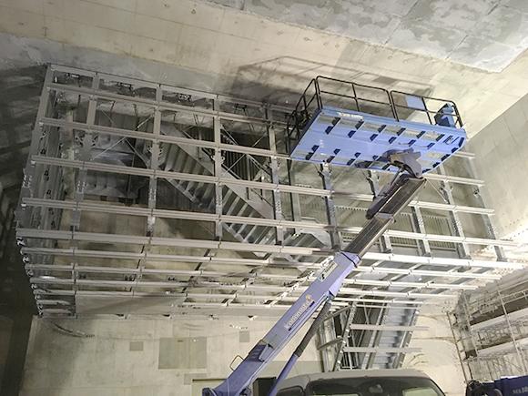 交通安全施設工事 都市計画道路 大和川線 避難路等設置工事 耐火板設置の前段階、耐火板を設置するための鋼製枠組みの設置完了写真
