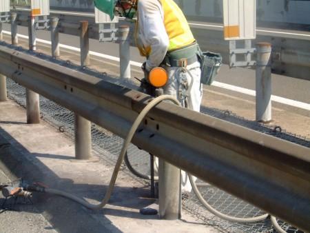 あと施工アンカー工事 交通安全施設工事  自動車道 防護柵改良工事
