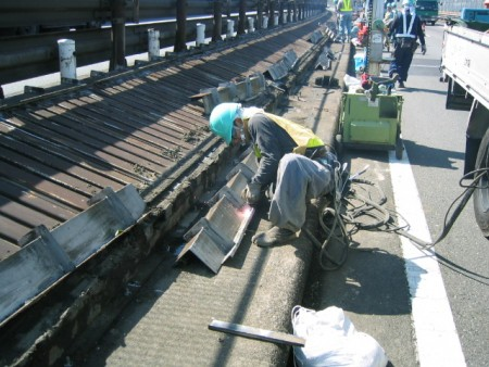 あと施工アンカー工事 交通安全施設工事  高速道路 防護柵改良工事