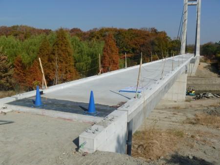 交通安全施設工事各種コンクリート切断工事 公園連絡橋高欄設置工事