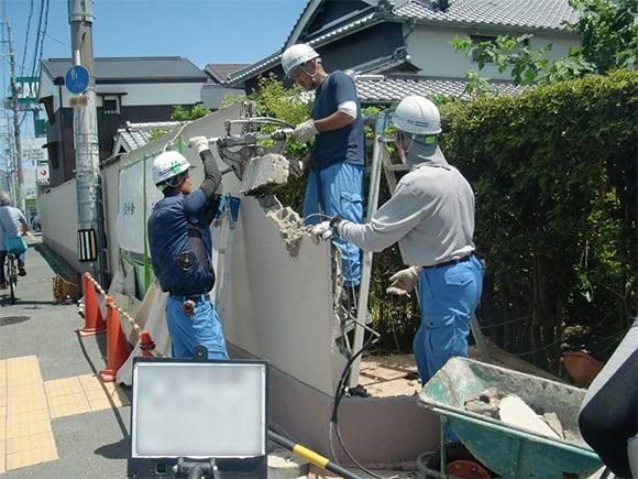 既設ブロック塀解体前状況②(ハンドクラッシャーによる解体)
