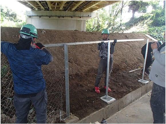新設フェンス設置状況(根巻きコンクリート打設、メッシュ設置)