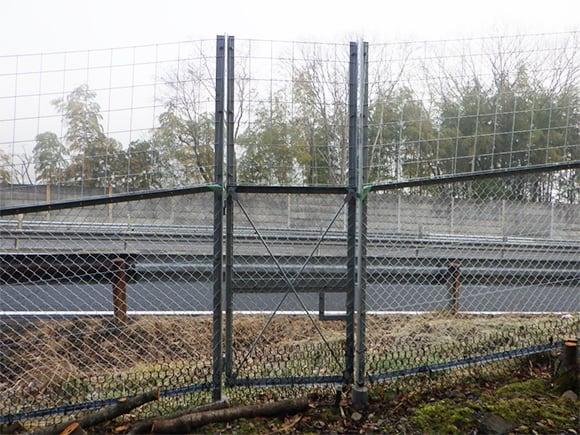 立ち入り防止柵、傾斜部、平坦部、接合状況